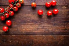 Ljusa röda saftiga tomater på texturerad träbakgrund Fotografering för Bildbyråer