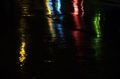 Ljusa reflexioner på en våt väg Arkivbild