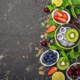 Ljusa saftiga mogna bär och frukter för sunda recept för sommar som kyler drinkar, frukostar, mellanmål i lunchaskar: kiwi Royaltyfria Bilder