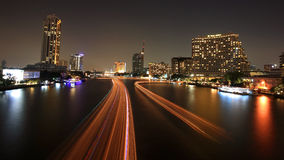 Ljusa slingor för fartyg på Chao Phraya River Royaltyfri Bild