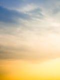 Ljusa soliga himlar för stormen Arkivfoto