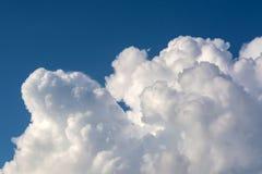 Ljusa soliga moln mot blå himmel för middagar royaltyfri bild
