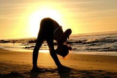 Ljusa solstrålar bak ledar- bilda kontur för yogi Royaltyfri Foto
