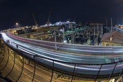 Ljusa spår för bil på Genoa Flyover på natten arkivbild