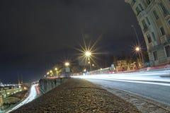 Ljusa spår för bil på Genoa Flyover på natten royaltyfri bild