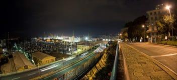 Ljusa spår för bil på Genoa Flyover på natten arkivfoton