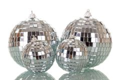 Ljusa spegelförsedda julbollar som isoleras på vit Arkivfoton