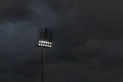 Ljusa stadion eller sportar som tänder mot raincloud Fotografering för Bildbyråer