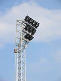 Ljusa stora högväxta utomhus- stadionstrålkastare Arkivfoto