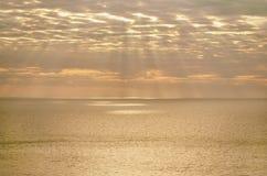 Ljusa strålar över medelhavet på solnedgången Arkivbild