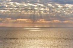 Ljusa strålar över medelhavet på solnedgången Arkivfoto
