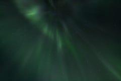 Ljusa strålar av de nordliga ljusen Arkivbilder