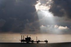 Ljusa strålar för sol över den olje- plattformen Royaltyfri Bild
