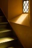 Ljusa strålar in i en trappa royaltyfria bilder