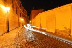 Ljusa strålar som passerar i gatan Royaltyfri Fotografi