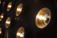Ljusa strålkastare på en bakgrund av svarta väggar Royaltyfri Fotografi
