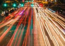 ljusa strömmar från pågående trafik i väg för affärsområde Royaltyfria Bilder