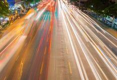 ljusa strömmar från pågående trafik i väg för affärsområde Arkivbild