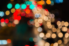 ljusa strömmar från pågående trafik i väg för affärsområde Arkivfoto