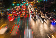 ljusa strömmar från pågående trafik i väg för affärsområde Royaltyfri Fotografi