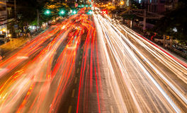 ljusa strömmar från pågående trafik i väg för affärsområde Arkivfoton