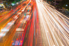 ljusa strömmar från pågående trafik i väg för affärsområde Royaltyfri Bild