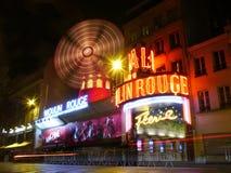 Ljusa strömmar på den Moulin rougen på natten, Montmartre, Paris Fotografering för Bildbyråer