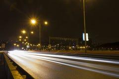 Ljusa strimmor för bil på en bro över den Vltava floden i Prague på natten Royaltyfria Foton