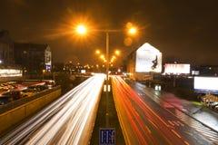 Ljusa strimmor för bil på en väg i Prague på natten Royaltyfri Foto