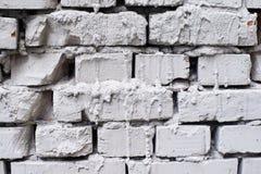 Ljusa tegelstenar Grått cement gör strimmig den gamla väggen Royaltyfri Bild
