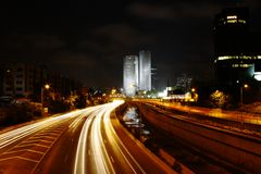 ljusa trafiktrails Arkivfoton