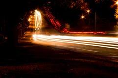 ljusa trafiktrails Arkivfoto
