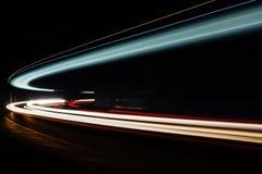 Ljusa tralightslingor i tunnel Långt exponeringsfoto i en tunel Fotografering för Bildbyråer