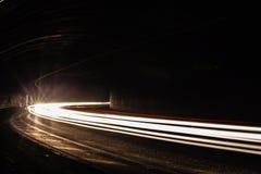 Ljusa tralightslingor i tunnel Långt exponeringsfoto i en tunel Royaltyfri Bild