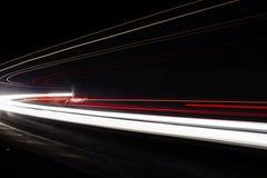 Ljusa tralightslingor i tunnel Långt exponeringsfoto i en tunel Arkivbilder