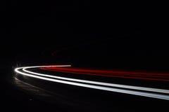 Ljusa tralightslingor i tunnel Långt exponeringsfoto i en tunel Arkivbild