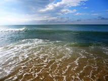 Ljusa vågor av det blåa havet och blå himmel fotografering för bildbyråer