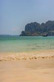 Ljusa vågor på en thailändsk strand Royaltyfri Fotografi