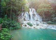 Ljusblå vattenfall i norr Laos Arkivfoto