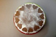 Ljusbrun kaka för choklad med kakaokräm med små hjärtor från pudrat socker Efterrätt Begrepp för dag för valentin` s Tävlar den l Arkivfoto