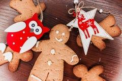 Ljusbrun pojke med ljusa prydnader för jul arkivbilder