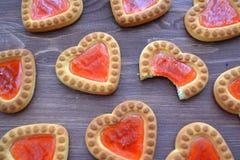 Ljusbrun söt kakabakgrund Förhållandebegrepp Ljusbrun hjärtamodell, bitit kex arkivfoto