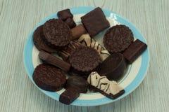 Ljusbruna kakor med fyllning i chokladglasyr royaltyfri foto