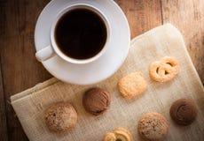 Ljusbruna kopp kaffe och många former Arkivbilder