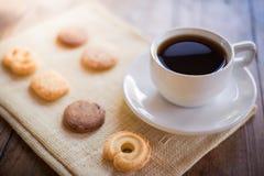Ljusbruna kopp kaffe och många former Royaltyfri Bild