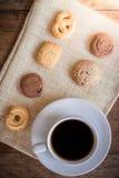 Ljusbruna kopp kaffe och många former Royaltyfri Fotografi