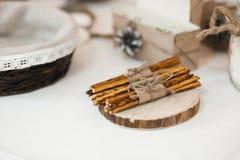 Ljusbruna sugrör som bindas med tråden Royaltyfri Foto