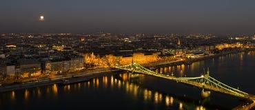 Ljusen av Budapest, månen och Donauen Royaltyfri Foto