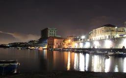 Ljusen i natten Granatello Portici, Italien royaltyfri bild
