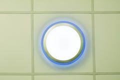 Ljuset är ordnat runt om ett runt fönster i taket av enuppehåll matsal som det konstgjorda ljuset är delvis direkt, delvis indire Fotografering för Bildbyråer